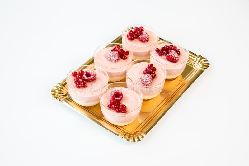 Kuchen der kleinen Frucht auf einem Glas mit weißem Hintergrund stockbild