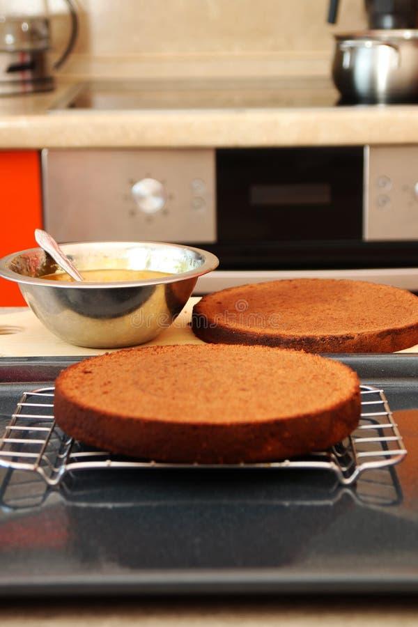 Kuchen, der mit Marmelade überlagert stockfotos