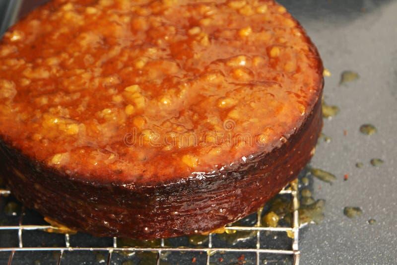 Kuchen, der mit Marmelade überlagert lizenzfreies stockbild