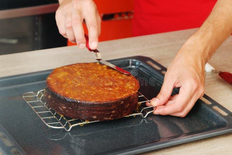 Kuchen, der mit Marmelade überlagert stockbild