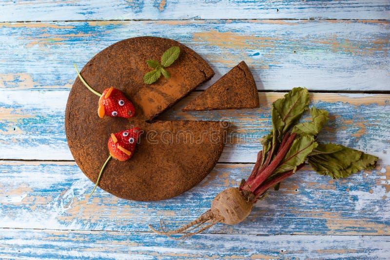 Kuchen der roten Rübe und der Schokolade lizenzfreies stockbild