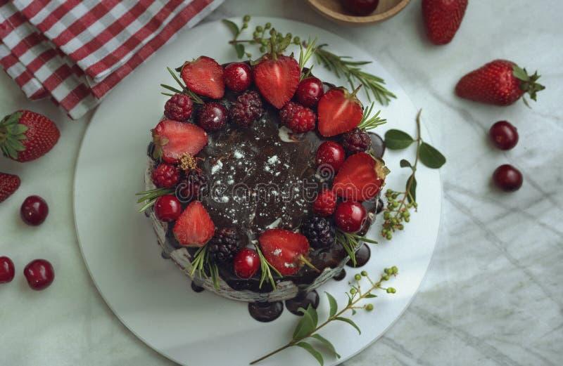 Kuchen der süßen Schokolade mit Kirsche und Erdbeere lizenzfreie stockfotos
