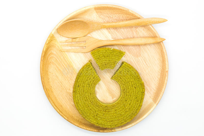 Kuchen des grünen Tees der Mehrfachverbindungsstellenschichten auf hölzerner Scheibe lizenzfreie stockbilder