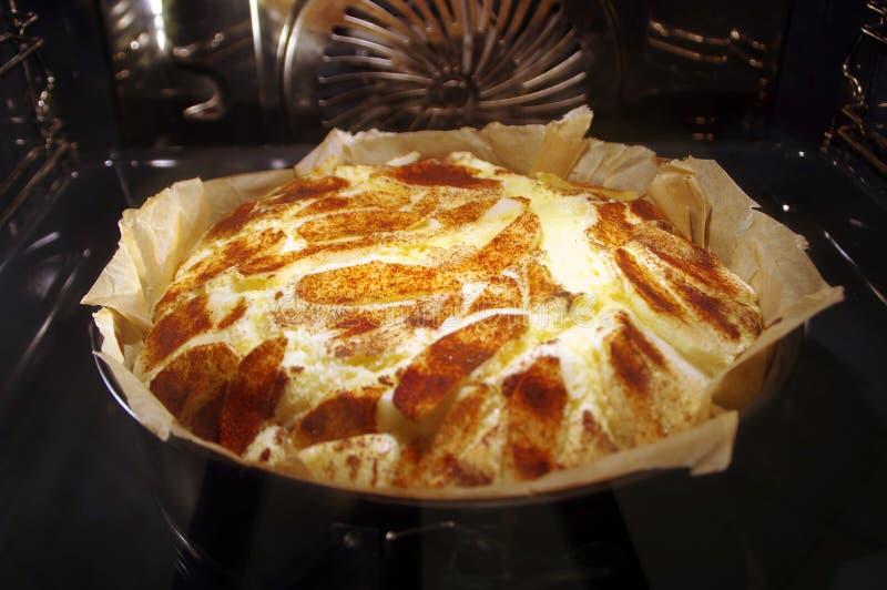 Kuchen im Ofen lizenzfreie stockfotografie