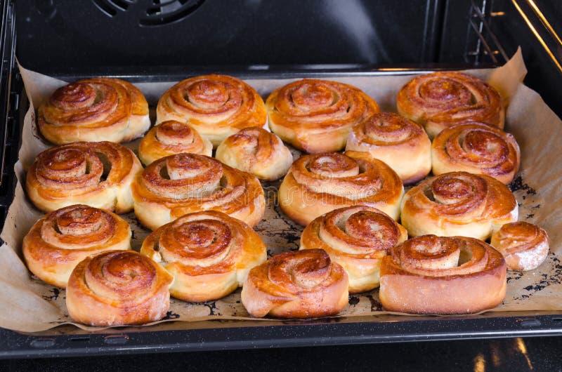 Download Kuchen im Ofen stockfoto. Bild von gruppe, schweden, spirale - 27726972