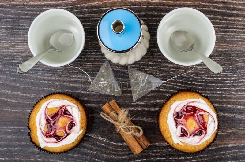 Kuchen, leere Schalen, Teebeutel und Zuckerschüssel auf Tabelle lizenzfreie stockfotos