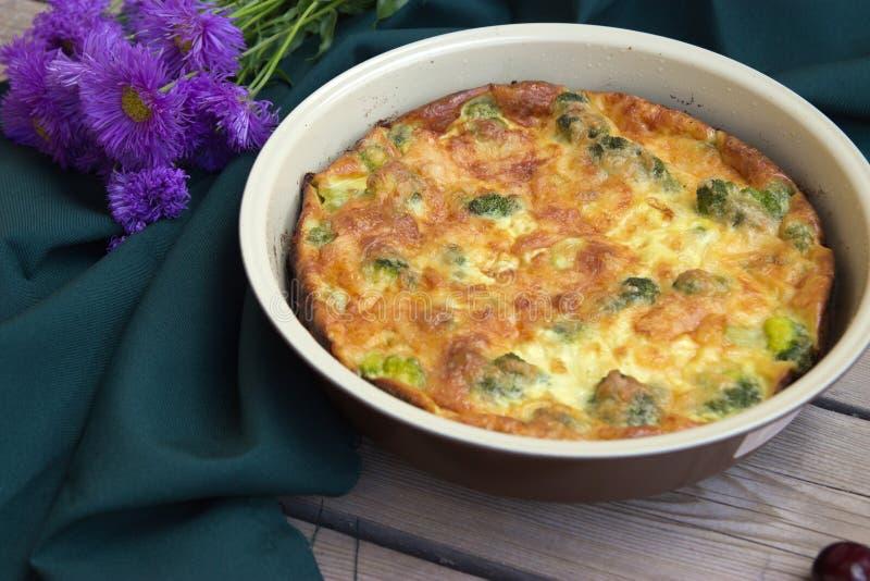 Kuchen mit Brokkoli und Käse lizenzfreie stockbilder
