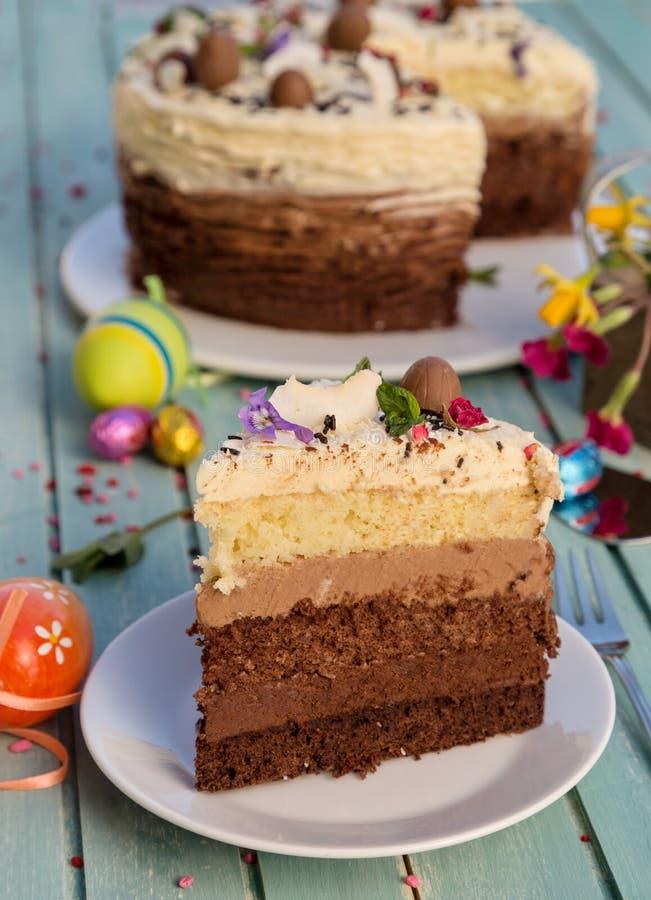 Kuchen mit dem Kuchen mit drei Blättern und drei Arten Schokoladencreme lizenzfreies stockbild