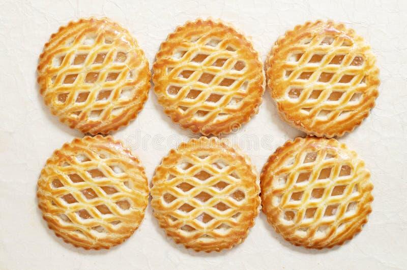 Kuchen mit einer Apfelfüllung als Hintergrund stockfotografie