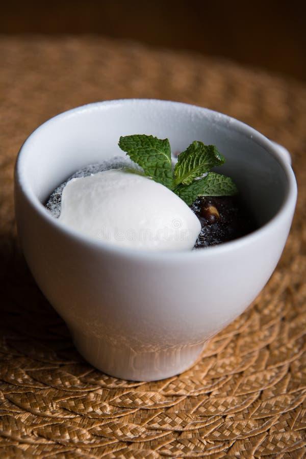 Kuchen mit Eiscreme stockfotos