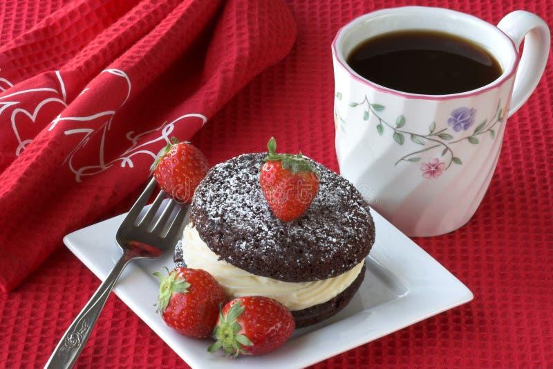 Kuchen mit Erdbeeren und Kaffee lizenzfreie stockbilder