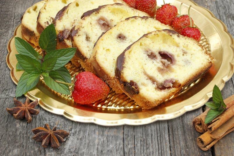 Kuchen mit Erdbeeren und tadellosem Aroma stockfotos