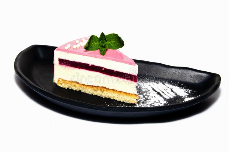 Kuchen mit Erdbeerzuckerglasur und -minze stockfoto