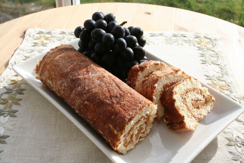 Kuchen mit Erdnussbutter und blauen Trauben lizenzfreie stockbilder