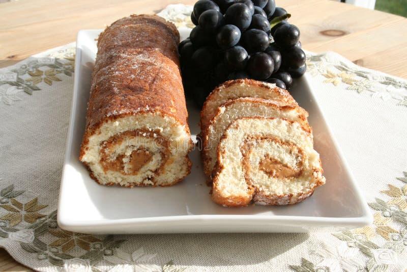 Kuchen mit Erdnussbutter und blauen Trauben lizenzfreie stockfotos