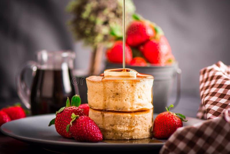 Kuchen mit frischen Erdbeeren lizenzfreie stockfotografie
