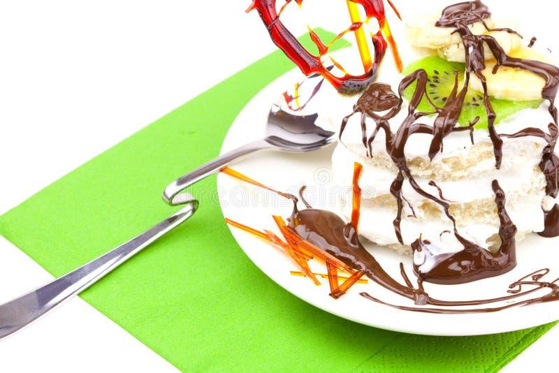 Kuchen mit gepeitschtem Sahne- und Karamellinnerem lizenzfreies stockbild