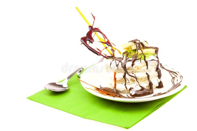 Kuchen mit gepeitschtem Sahne- und Karamellinnerem lizenzfreie stockbilder