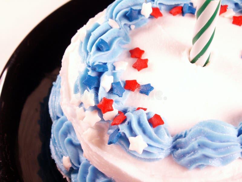 Kuchen mit grüner Kerze stockfoto