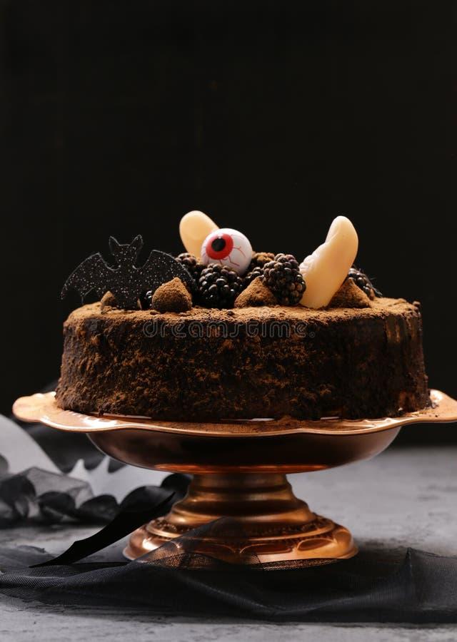 Kuchen mit Halloween-Dekor lizenzfreie stockbilder