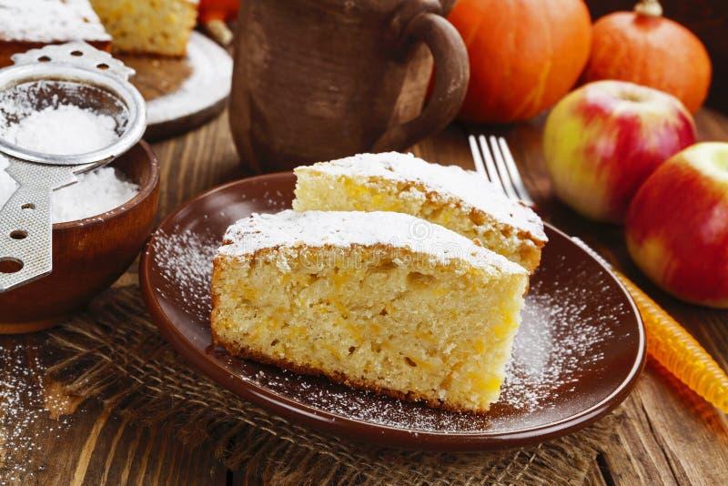 Kuchen mit Kürbis und Äpfeln lizenzfreies stockbild