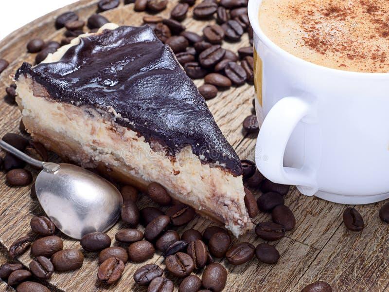 Kuchen mit Kaffee lizenzfreies stockfoto