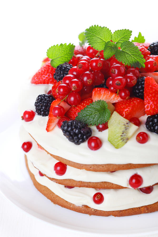 Kuchen mit Klumpensahne und frischer Beere stockbild