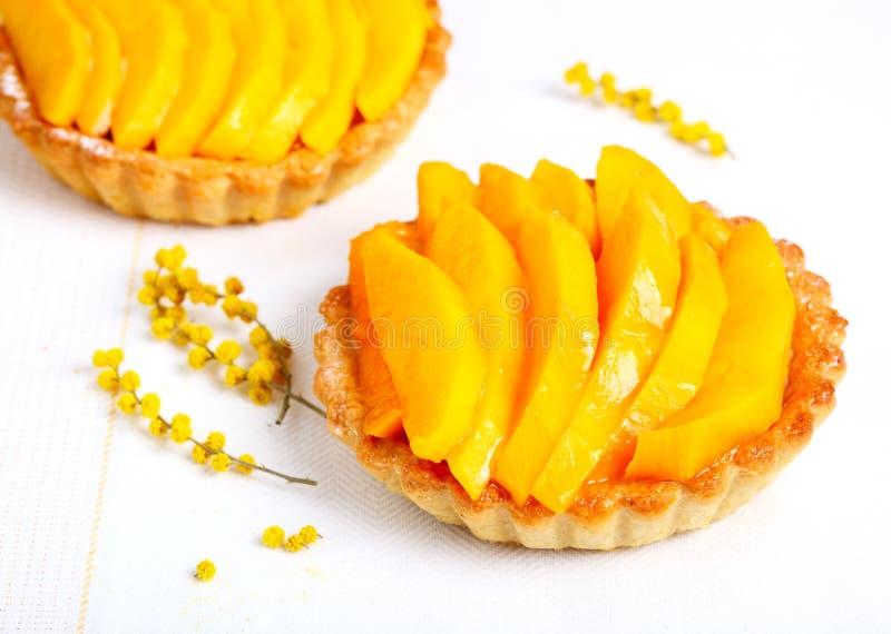Kuchen mit Mangofrucht stockfotos