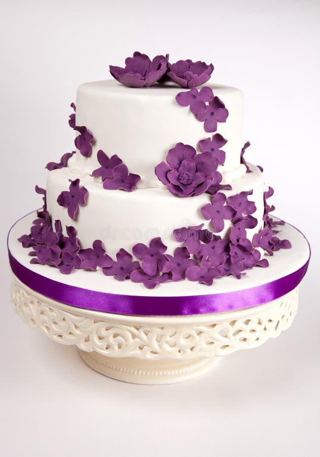 Kuchen mit purpurroten Blumen lizenzfreie stockfotografie