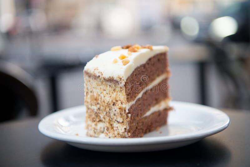 Kuchen mit Sahne, Lebensmittel Backen Sie Scheibe auf weißer Platte in Paris, Frankreich, Nachtisch zusammen Versuchung, Appetitk stockbild