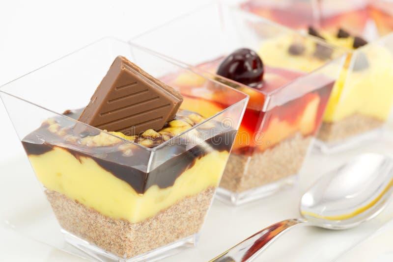 Kuchen mit Sahne und Kirschsirup stockbilder