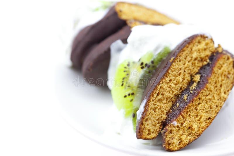 Kuchen mit Sahne- und Kiwifrucht lizenzfreie stockbilder