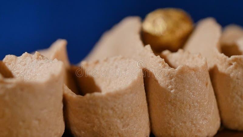 Kuchen mit Sahne und Muttern Schokoladenkuchen mit Nüssen und Schokoladensplittern Schokoladenkaramelkleiner kuchen mit Nüssen un lizenzfreies stockbild