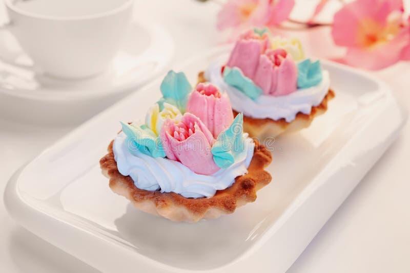 Kuchen mit Sahne verziert in Form von Tulpen lizenzfreies stockbild