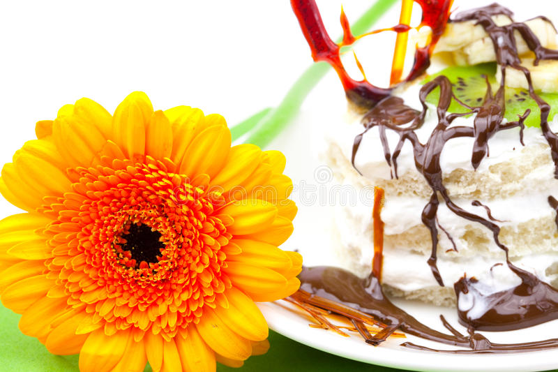 Kuchen mit Sahnekaramel Innerem und Gerbera lizenzfreies stockbild