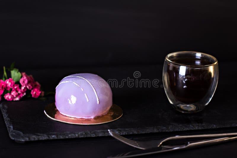 Kuchen mit Spiegelglasur Kleines Kremeis backt mit Spiegelglasur zusammen Violetter Kuchen Purpurroter Beerenkuchen mit Brombeere lizenzfreies stockbild