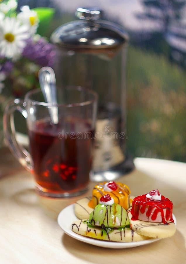 Kuchen mit Tee stockbild