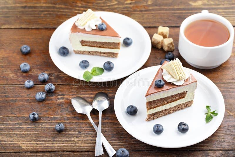 Kuchen mit Tee auf dem Tisch lizenzfreie stockfotos