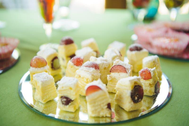 Kuchen mit Traube stockfotos