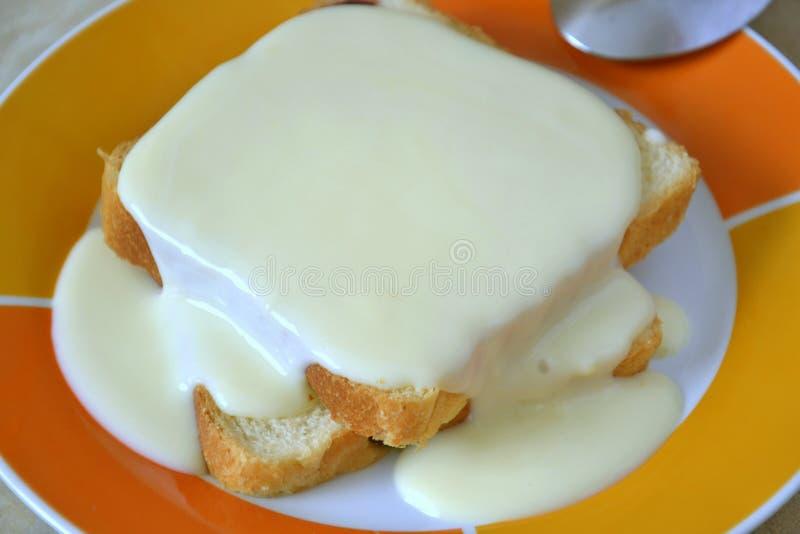 Kuchen mit Vanillecreme lizenzfreies stockbild