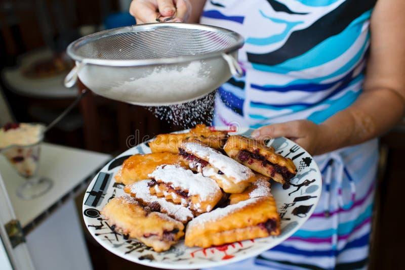 Kuchen mit Zuckerpulver stockfoto