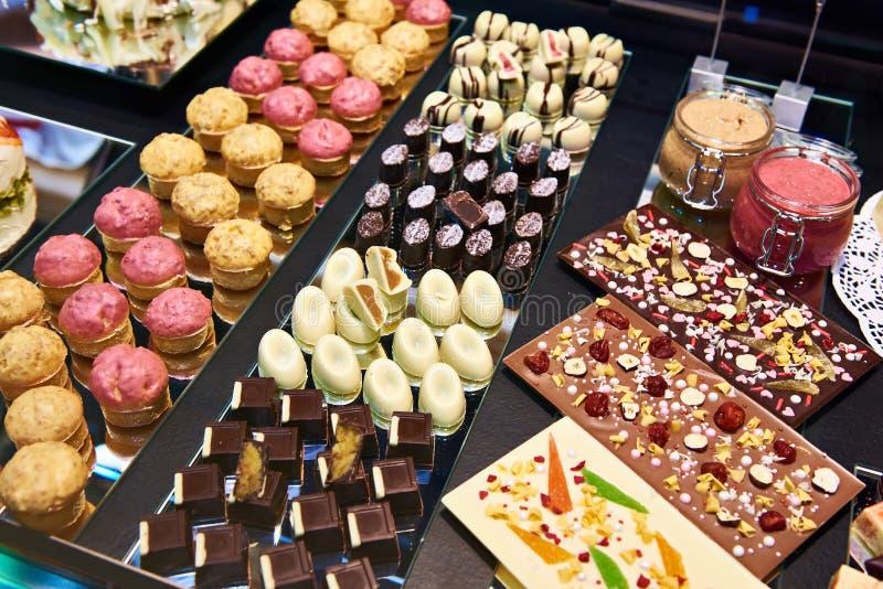 Kuchen und Bonbons im Shopfenster stockfotos