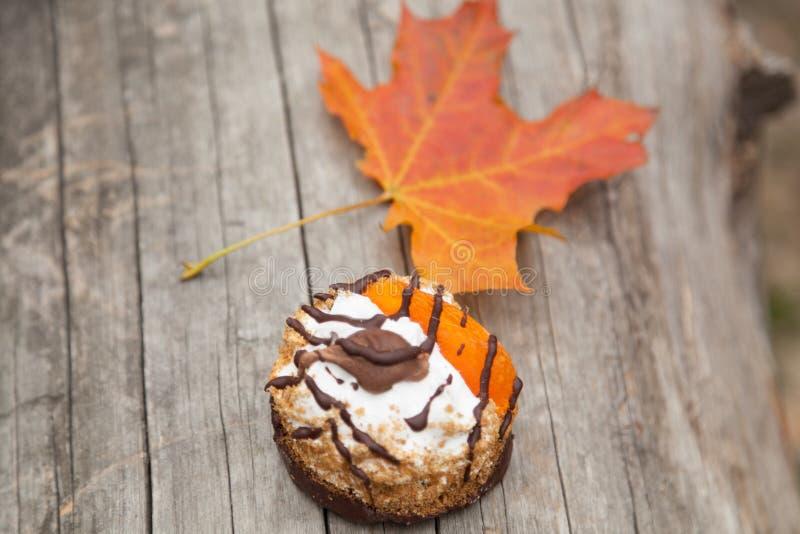 Kuchen und gelbes Ahornblatt des Herbstes stockfotografie