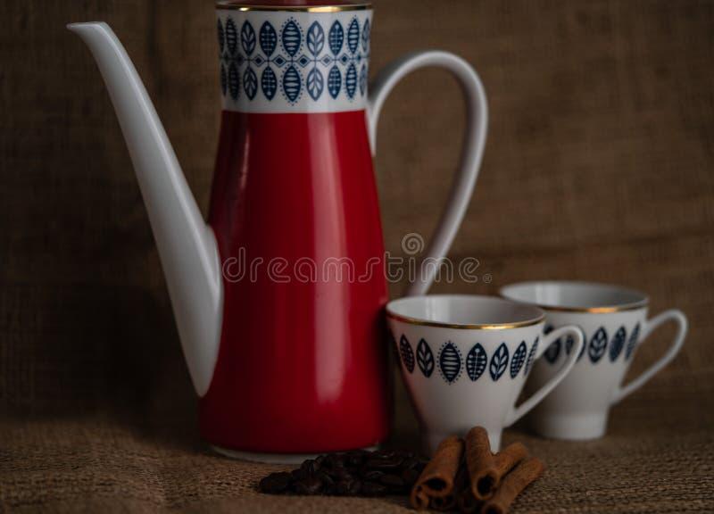 Kuchen und Kaffee auf dem Tisch stockbilder