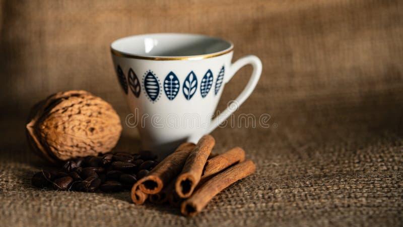 Kuchen und Kaffee auf dem Tisch lizenzfreies stockbild