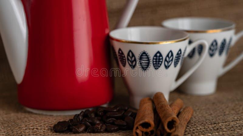 Kuchen und Kaffee auf dem Tisch lizenzfreie stockfotos