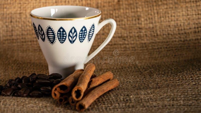 Kuchen und Kaffee auf dem Tisch stockfoto