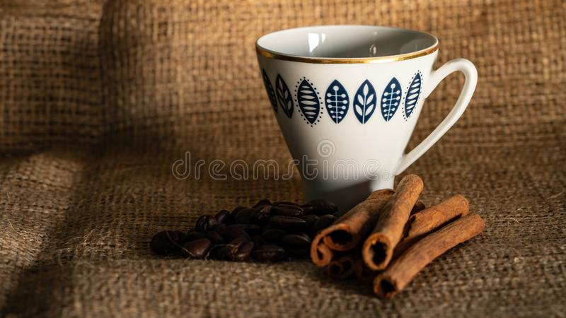 Kuchen und Kaffee auf dem Tisch stockfotos