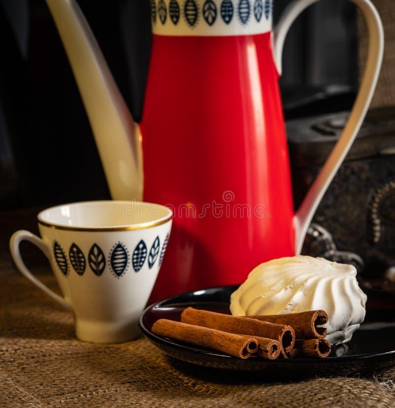 Kuchen und Kaffee auf dem Tisch stockfotografie