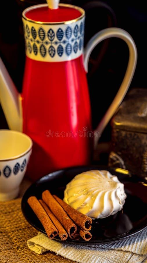 Kuchen und Kaffee auf dem Tisch stockbild